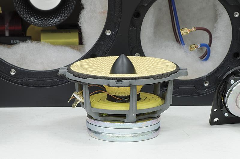Il midrange FST utilizza un complesso magnetico di diametro inferiore al cestello per evitare colorazioni. Notare il diametro della bobina mobile e l'ogiva anteriore realizzata in materiale antirisonante.