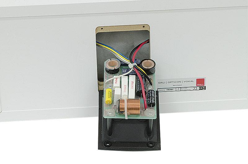 Sulla parte interna della vaschetta portacontatti è fissato il supporto ove sono saldati ed incollati i componenti del filtro crossover. Si notano ben cinque condensatori elettrolitici bipolarizzati.