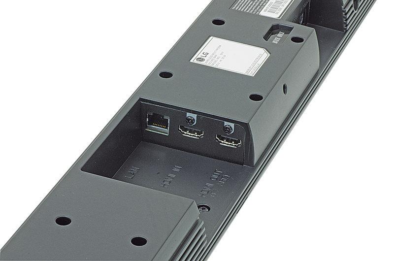 Lungo il profilo posteriore della soundbar trovano spazio i comandi essenziali di controllo. All'interno di una vaschetta sono state inserite le connessioni HDMI in modo da non occupare spazio esterno. Più visibili la connessione ottica e la presa jack per i dispositivi mobili.