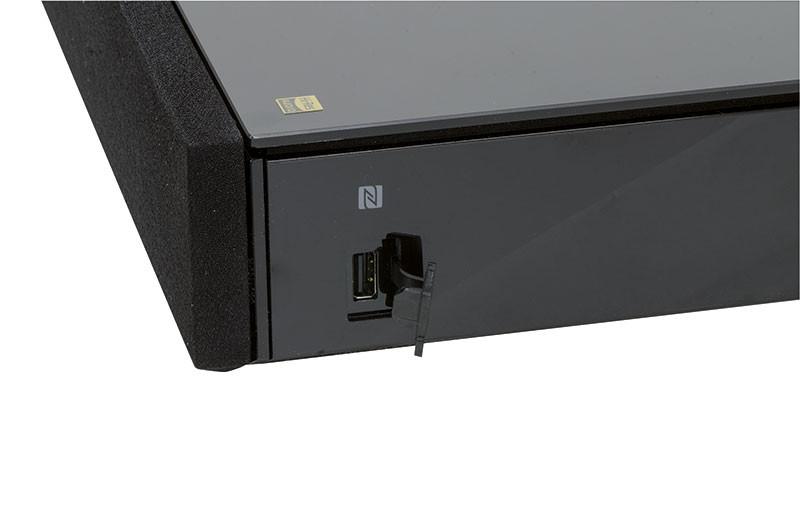 Sul lato destro dell'unità si trova la zona di contatto NFC per l'accoppiamento Bluetooth semplificato e la porta USB per hard disk e memorie esterne.