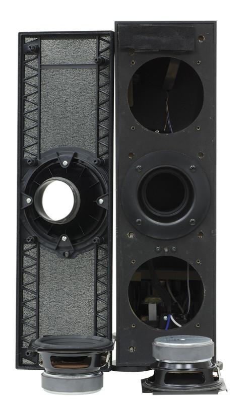 L'unità subwoofer wireless è compatta e snella. Rimossa la classica griglia di protezione si mettono in luce i due driver, disposti in linea, con al centro l'apertura del condotto reflex.