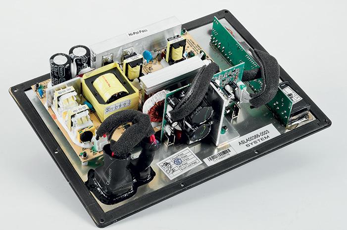 L'elettronica di potenza utilizza un DSP per il trattamento dinamico del segnale ed un amplificatore da 400 watt rms in classe D. Notare le dimensioni ridotte e l'assenza di qualsiasi aletta di raffreddamento.