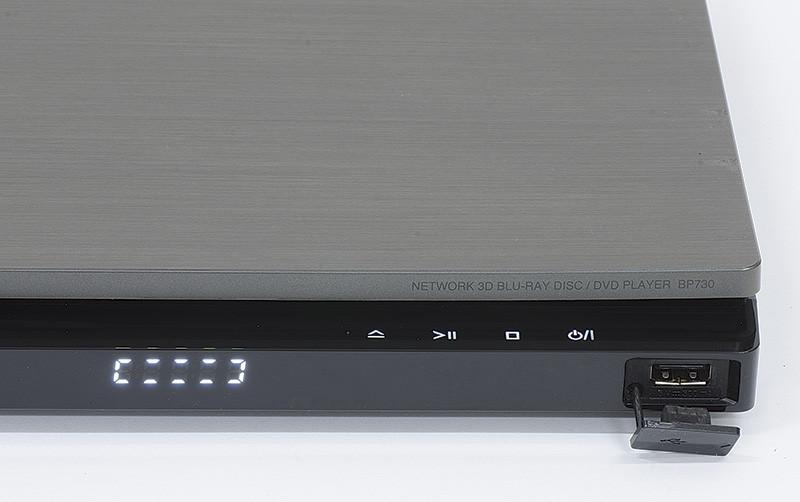 """Il display, ridotto all'essenziale, offre poche indicazioni. I comandi a sfioramento, disposti sullo """"scalino"""" sono retroilluminati. La porta USB consente il collegamento di memorie e hard disk."""