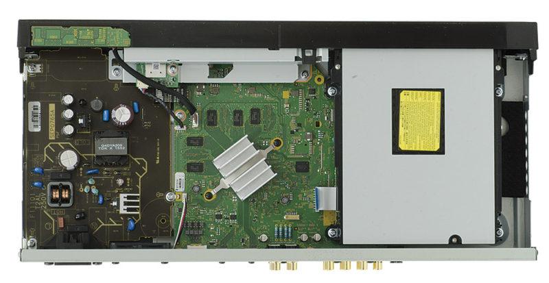 L'interno è pulitissimo e ben assemblato. In posizione centrale, sotto la grossa aletta di raffreddamento, si trova il nuovo processore video 4K High Precision Chroma; l'unità di lettura Ultra HD sulla sinistra è racchiusa all'interno di una schermatura metallica.