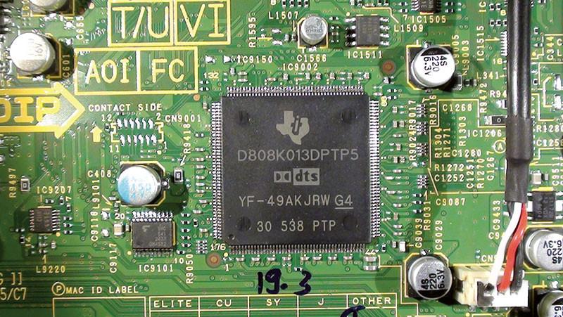Le decodifiche Dolby e DTS sono eseguite da due esemplari di questo processore prodotto da Texas Instruments.
