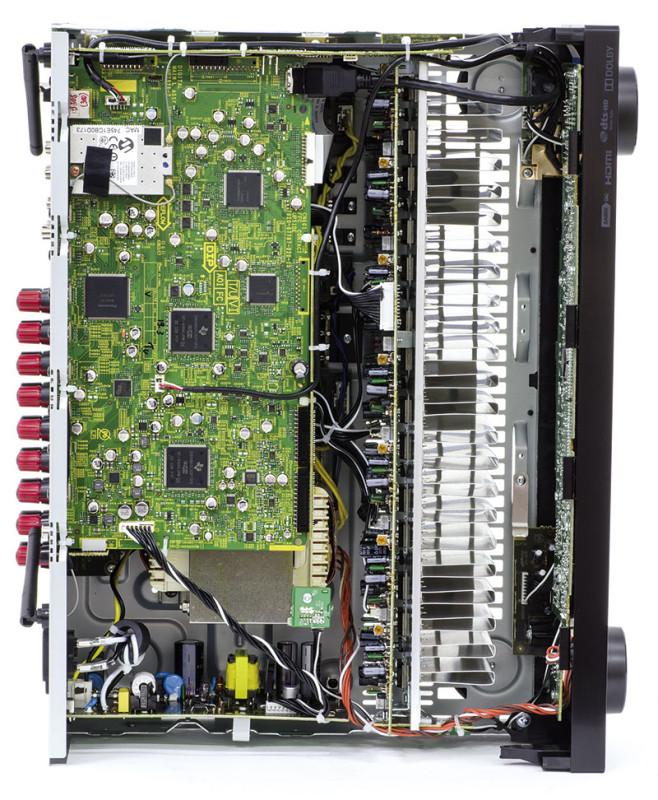 All'interno del VSX-930-K spicca il lungo dissipatore di calore dei transistor finali che si estende per tutta la larghezza dell'apparecchio. Sulla scheda circuitale superiore sono ospitati tutti i principali componenti della sezione digitale.