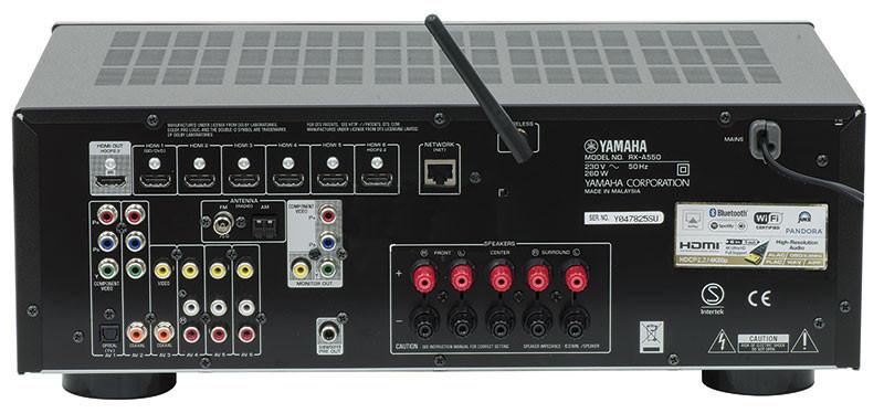 Il retro dell'apparecchio è piuttosto essenziale. Delle porte HDMI di ingresso, soltanto una è compatibile HDCP 2.2; tutte supportano la risoluzione 4K (UHD). Per collegare cavi di potenza dotati connettori a banana, occorre rimuovere il piccolo tappo di plastica dalle boccole a vite.