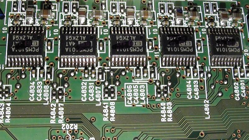 Nella sezione di conversione D/A sono presenti cinque convertitori stereofonici Burr-Brown PCM5101A.
