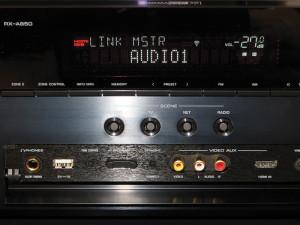 """Quando è il sintoampli a trasmettere il flusso audio verso altri componenti, sul display compare la scritta """"LINK MSTR""""."""