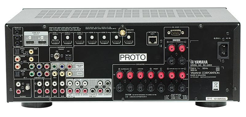 Nella parte alta del pannello posteriore sono collocate le prese HDMI, il connettore per l'antenna wi-fi e quello per la connessione di rete Ethernet. Più in basso si trovano sulla sinistra i connettori video e audio analogici, quelli per i segnali audio digitali e quelli per l'antenna del sintonizzatore FM. Sulla destra sono invece collocati i morsetti per il collegamento di nove diffusori.