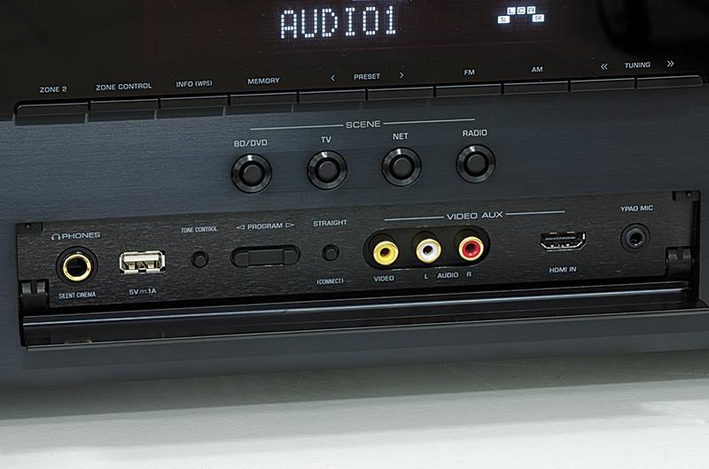 Una volta ribaltato lo sportellino collocato nella parte inferiore del pannello anteriore diventano accessibili un connettore HDMI e uno USB nonché quelli per il collegamento della cuffia, del microfono di calibrazione del sistema YPAO e di una sorgente audio-video dotata di uscite analogiche.