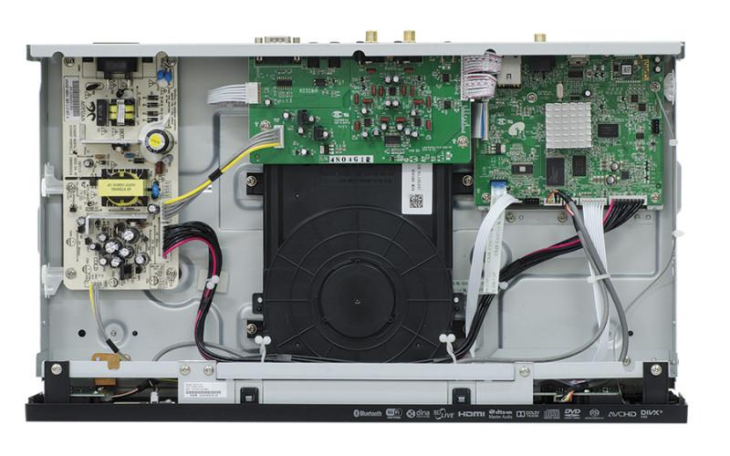 L'interno si mostra razionalmente sfruttato concentrando tutti i circuiti principali su tre schede distinte che lasciano ampi spazi liberi. In alto a sinistra si osserva la sezione di alimentazione, al centro quelle di conversione e di uscita per l'audio stereo, mentre a destra la parte dedicata al video e agli interfacciamenti digitali.  La meccanica di lettura è montata in posizione centrale, su supporti smorzanti. La cablatura è nella norma della categoria.