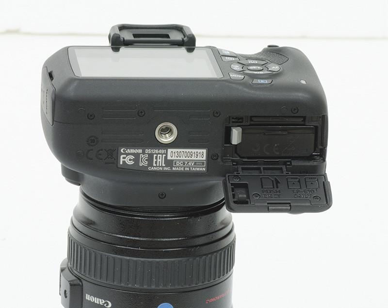 Lo sportellino della parte inferiore cela la batteria, al solito dall'ottima autonomia, e lo slot per le SD Card.