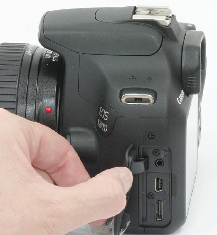 Le connessioni disponibili sono sotto lo sportellino laterale. Troviamo una presa HDMI per la visualizzazione su grandi schermi e una presa USB, che veicola anche un segnale videocomposito, per il collegamento ad un computer.