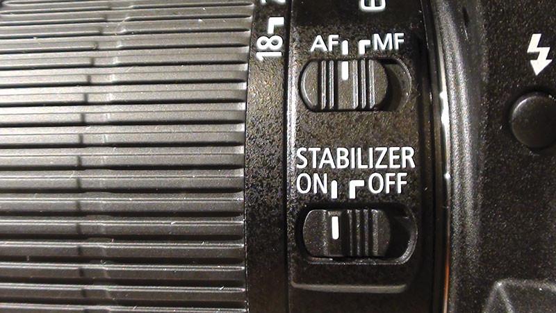 Sull'obiettivo sono collocati il selettore della modalità di messa a fuoco (automatica o manuale) e l'interruttore per l'attivazione dello stabilizzatore d'immagine.