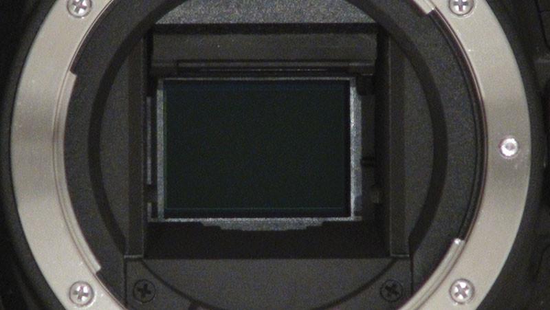 Nel normale funzionamento lo specchio è abbassato e, fino al momento dello scatto, i raggi luminosi che attraversano l'obiettivo vengono deviati verso l'alto in modo da poter verificare l'inquadratura e la messa a fuoco mediante il mirino ottico. Il sollevamento dello specchio avviene automaticamente al momento dello scatto, oppure manualmente se si preme un pulsante apposito. Una volta che lo specchio si è alzato diventa visibile, attraverso il foro della flangia di montaggio dell'obiettivo, il sensore CMOS della fotocamera. In tal modo i raggi luminosi che attraversano l'obiettivo possono raggiungere il sensore e l'immagine può essere memorizzata al momento dello scatto oppure monitorata attraverso il display a cristalli liquidi (il mirino ottico in tali condizioni non è ovviamente utilizzabile).