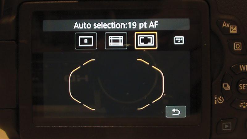 Quando si utilizza l'autofocus si può scegliere un unico punto sul quale interessa che l'immagine sia a fuoco, oppure una particolare zona (ad esempio quella centrale) oppure l'intera area, costituita da 19 punti, sulla quale l'automatismo è in grado di operare.