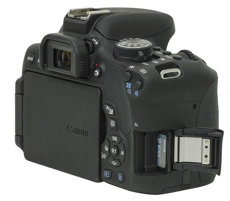Sul fianco destro della fotocamera vi è lo sportellino che copre la fessura nella quale va inserita la scheda di memoria.