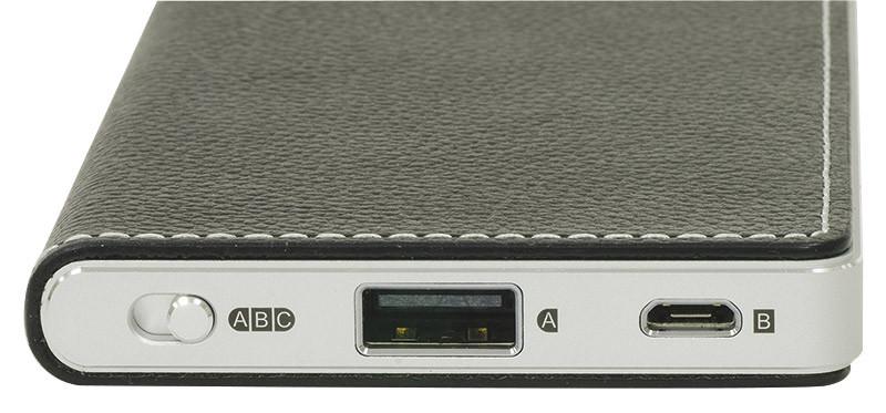 Sul bordo inferiore sono collocate le due prese USB (di cui una in formato micro) e il selettore che consente di attivare uno di questi due ingressi digitali oppure l'ingresso analogico.