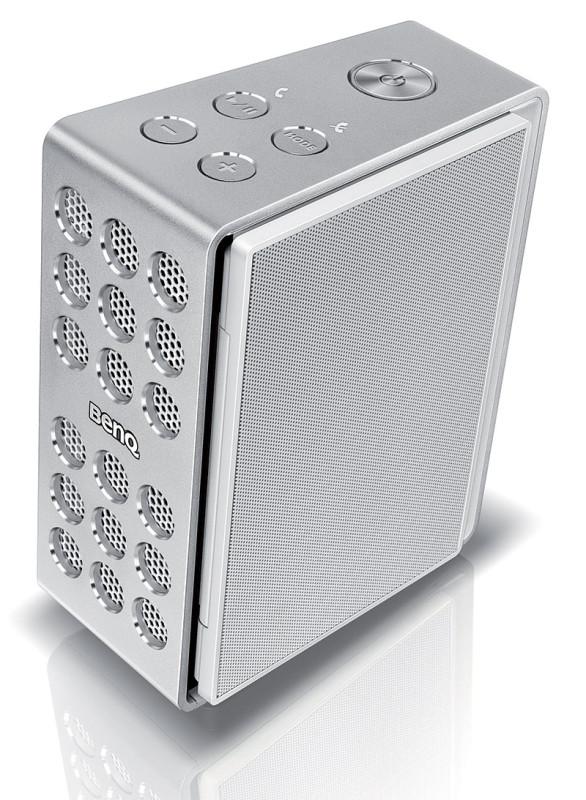 Quanto non è utilizzato, è possibile ripiegare i due pannelli elettrostatici e il treVolo diventa compatto e facile da trasportare: la batteria integrata, infatti, ne permette un uso outdoor con autonomia dichiarata di 12 ore. Il microfono e il Bluetooth permettono di utilizzarlo anche come viva-voce per le telefonate. Sul pannello superiore del treVolo i tasti funzione: quello più grande per l'accensione, i quattro più piccoli servono per il volume, la gestione del telefono collegato e l'inserimento dei tre modi di equalizzazione. Quest'ultima funzione è doppiata dall'app BenQ Audio disponibile per iOS e Android.