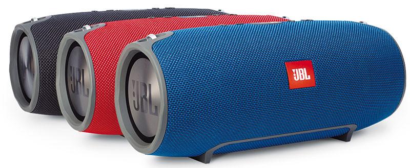 L'Xtreme è rivestito in tessuto ed è disponibile nei colori nero, rosso e blu. Il diffusore è, come lo definisce la stessa JBL, splashproof ovvero è resistente agli schizzi di acqua ma non ad una totale immersione. Quello che si vede sul laterale dell'Xtreme, dal profilo grigio, è uno dei due radiatori passivi integrati (l'altro è sull'altro lato): all'ascolto la loro presenza è bene avvertibile e dona alla riproduzione un buon punch, compatibilmente con le ridotte dimensioni.