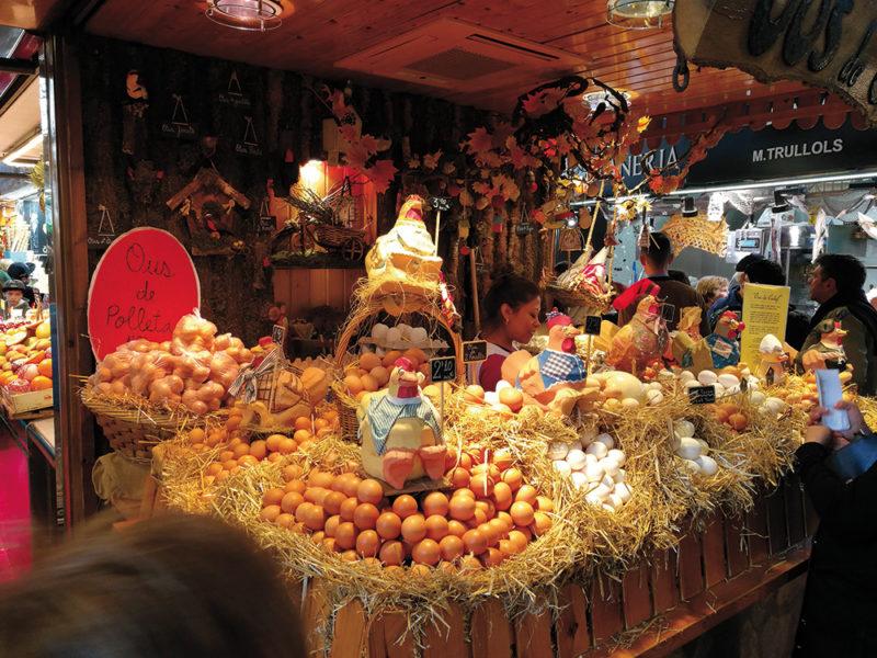 """Uno scatto all'interno del famoso mercato """"La Boqueria"""" senza l'impiego del flash, che riesce a cogliere tutta la luce disponibile grazie al sensore b/n."""