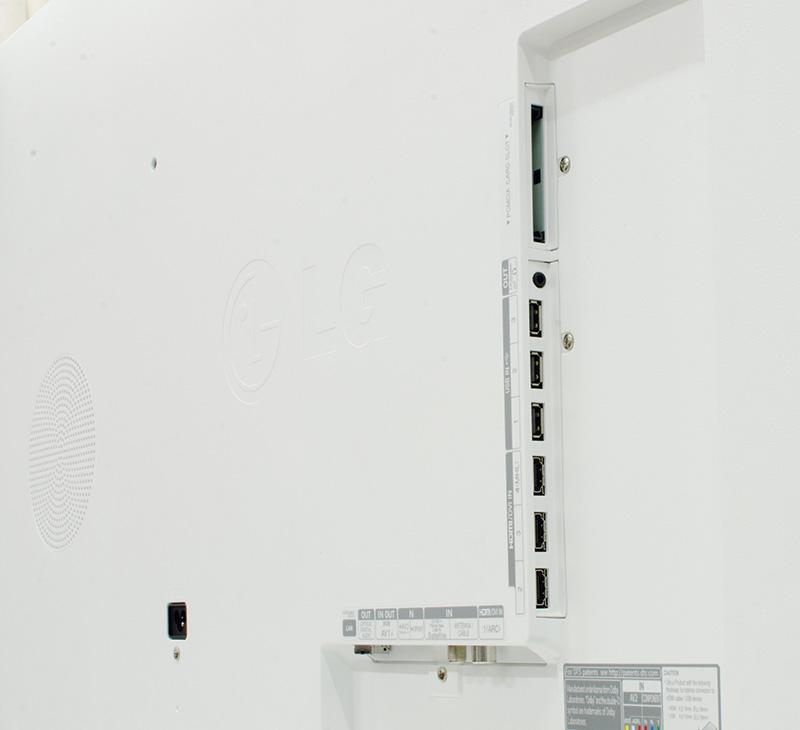 """LG 55LB870V: la dotazione di prese dei due modelli è molto simile, almeno nel numero di connettori, perché le quattro HDMI del 65"""" sono in versione 2.0 adatta ai segnali video a risoluzione 3840x2160 del formato 4K, contro la 1.2 delle quattro alloggiate nel pannello posteriore del """"piccolo 55"""". Così pure per il settore USB che conta in entrambi i casi tre connettori, il primo che implementa la versione 2.0 mentre uno di quelli del secondo, marcato HDD, segue la più veloce 3.0. Il sintonizzatore è doppio per tutti e due, una sezione per il DVB-T2 e l'altra per il segnale satellitare secondo il DVB-S2, ed oltre alla RJ-45 per la rete ci sono anche le connessioni per il segnale video a componenti e per l'audio stereo, sotto forma di prese multipolari per le quali la confezione include appositi adattatori. Nell'impossibilità di un collegamento di rete cablato (sempre preferibile rispetto al Wi-Fi, per la maggior velocità e l'assenza di interferenze), entrambi i modelli integrano il necessario per il wireless: niente più chiavette dunque, ma hardware dedicato e stabile."""