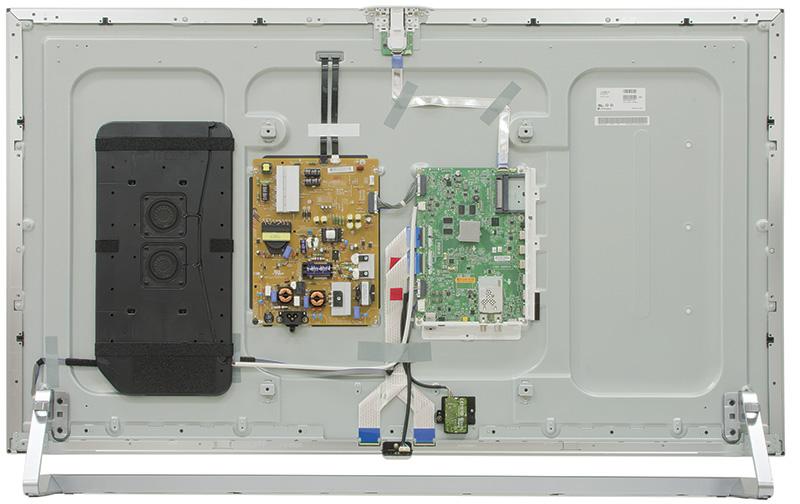 """LG 55LB870V: Quanto velocemente cambiano le cose in campo elettronico! Se fino a qualche anno fa le schede su cui era alloggiato l'hardware dei televisori erano parecchie, le sofisticate funzioni offerte dai modelli attuali non richiedono che una coppia di circuiti stampati: ovviamente, data la complessità dei segnali 4K, quelle del 65UB980 sono nettamente più """"abbondanti"""" e più densamente popolate, ma la struttura complessiva è identica nei due casi. Un'ulteriore dimostrazione dell'utilità della razionalizzazione delle sezioni software ed hardware che non possono che andare di pari passo. I due nuovi modelli tentano soluzioni differenti all'annoso problema della riproduzione audio che, tipicamente, rimane qualitativamente sempre un passo indietro al video: dopo avere negli anni sperimentato soluzioni tanto fantasiose quanto poco efficaci quali l'uso della cornice come cassa di risonanza, LG equipaggia la serie UB980 con diffusori separati collocati ai lati del display e la LB870, cui appartiene il 55"""", con una SoundBar integrata nella base. Per entrambi i modelli la riproduzione dei bassi è affidata ad una coppia di altoparlanti interni allo châssis, che guardano l'esterno attraverso la foratura del fondello. Soluzione che alla prova dei fatti si è dimostrata in entrambi i casi ragionevolmente soddisfacente (oltre che esteticamente gradevole)."""