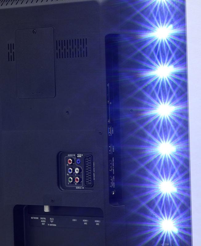 I LED del sistema Ambilight in funzione.