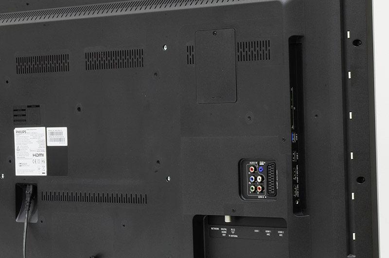 Sul bordo del televisore possiamo vedere la fila di LED del sistema Ambilight, che proietta sul muro posteriore una luce derivata dai colori presenti sullo schermo. Il televisore è dotato uno slot Common Interface CI+ per la l'accesso alle Pay TV. Una delle due porte USB laterali è conforme allo standard 3.0. Nel pannello posteriore è presente la presa SCART, l'ingresso component con audio analogico e un ulteriore ingresso audio analogico su presa da 3,5 mm. Due porte HDMI laterali e due porte HDMI compatibili ARC e Easylink.