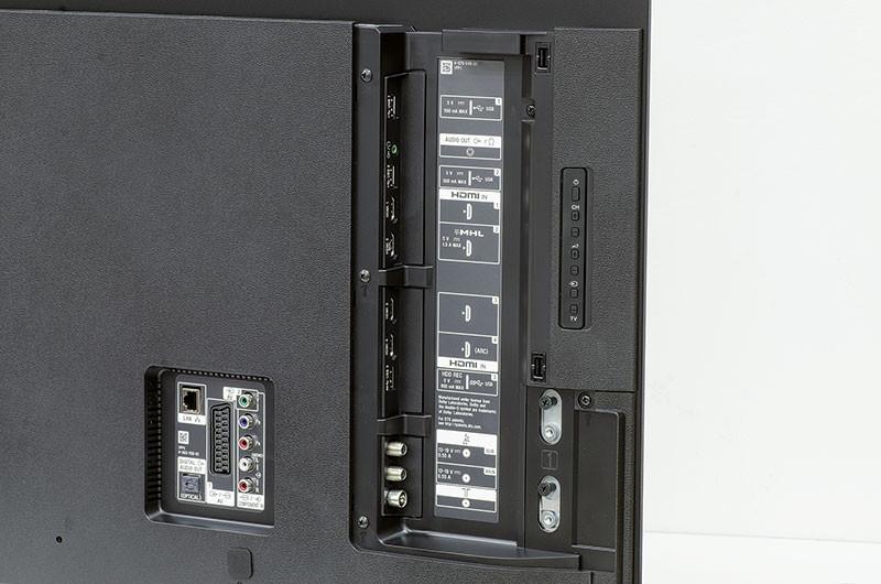 """La dotazione di prese è in linea con quello che è diventato lo standard de facto e, pertanto, prevede quattro porte HDMI, due delle quali supportano l'MHL e, rispettivamente, l'ARC, una USB in versione 3.0 utilizzabile come generica opzione per il collegamento di memorie di massa, accompagnata dalla seconda in versione 2, l'uscita audio ed i bocchettoni perr le antenne terrestre e satellitare. Nella vaschetta che affaccia sul fondello, invece, ci sono la presa Ethernet (cui nell'installazione a parete deve essere collegata una spina ad """"L"""" altrimenti il  corpo sporge), i jack per i segnai video analogici, la presa Scart e l'uscita audio digitale."""