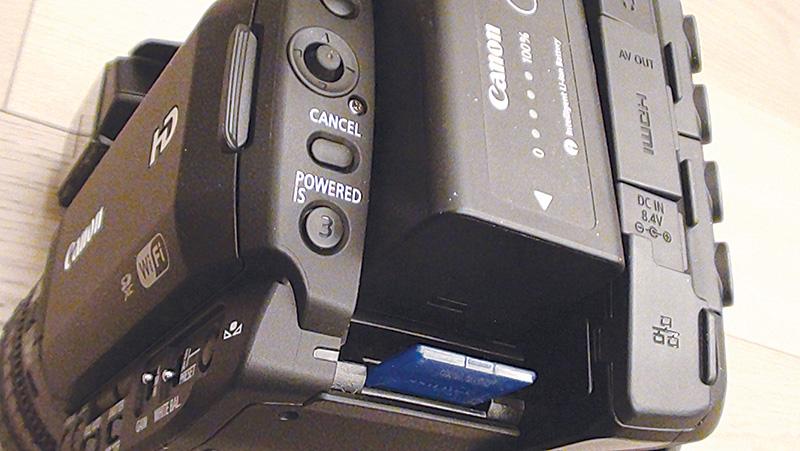 Le schede di memoria di tipo SD e SDXC vengono inserite in uno slot collocato sotto la batteria.