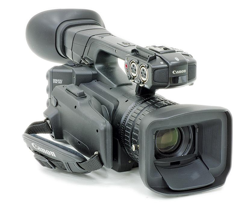 In dotazione con la videocamera sono anche forniti i paraluce per l'obiettivo e per il mirino, oltre che un supporto per microfono esterno non visibile nella foto.