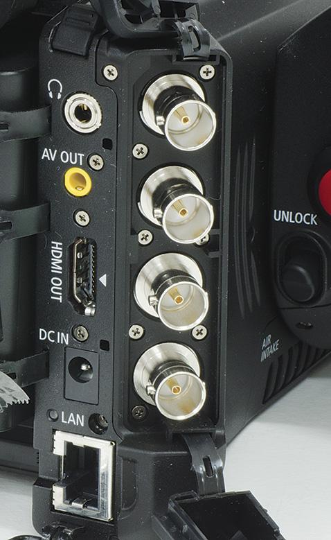Sul fianco destro della batteria sono collocate la maggior parte delle prese della XF205, allineate su due file verticali lungo lo spigolo del dorso. Nella fila di sinistra troviamo le connessioni normalmente presenti anche sulle videocamere consumer (uscita cuffia, uscita audio-video analogica, uscita HDMI, presa per l'alimentatore), a parte la presa ethernet (l'ultima in basso) che invece non si trova di solito su tali videocamere. Nella fila di destra invece vi sono quattro connettori BNC relativi a connessioni di norma utilizzate solo in ambito professionale: segnali  di sincronismo genlock/sync out, time code, monitor out (videocomposito) e 3G/HD-SDI. Il modello XF200 non è dotato di questi quattro connettori BNC.