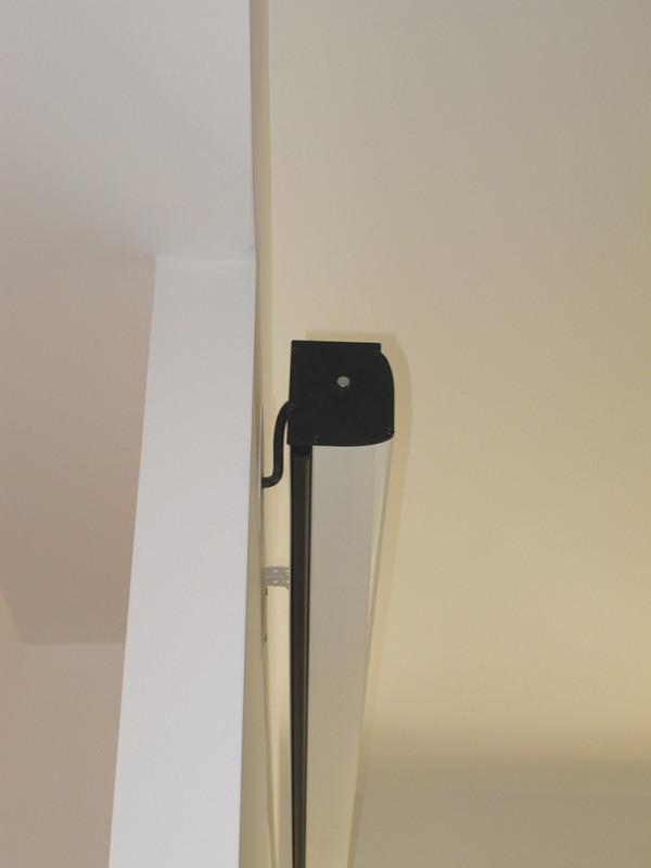 Lo schermo è stato fissato alla parete con le staffe in dotazione. L'unico accorgimento è stato quello di prevedere in fase di ristrutturazione un corrugato per il passaggio dei cavi di alimentazione e controllo.