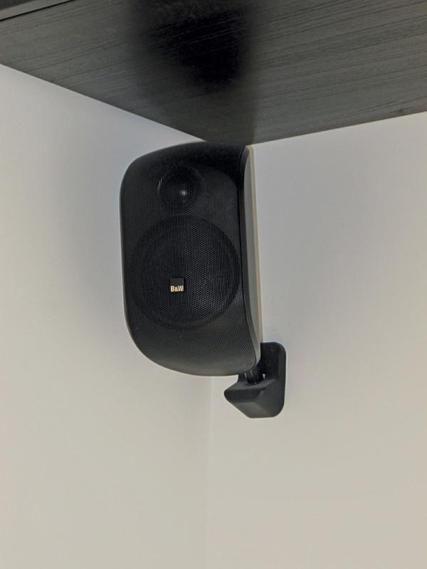 Anche per i diffusori surround è stato previsto il passaggio a muro dei cavi in fase di ristrutturazione, ma sarebbe stato comunque semplice nasconderli dietro l'arredamento o installando una mensola decorativa.