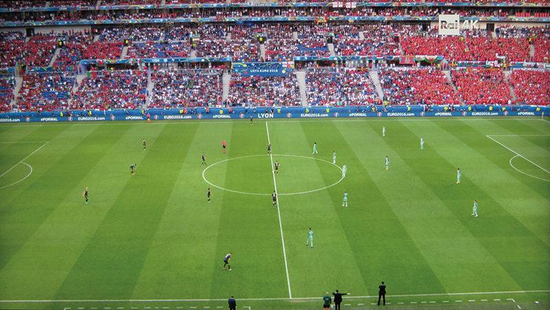 Le foto permettono soltanto parzialmente di apprezzare il livello qualitativo delle immagini trasmesse via satellite. Ecco il calcio d'inizio del secondo tempo della partita Portogallo – Galles trasmessa da RAI 4K.