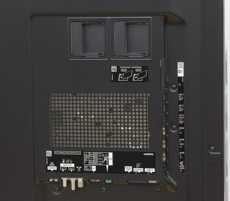 Le prese sono collocate tutte sul retro del televisore, lo schieramento comprende quattro porte HDMI, tre USB di cui due da 500 mA e una (HDD) da 900 mA max, uscite ed ingressi per l'audio analogico e digitale; connessione ethernet, bocchettoni per le antenne, uno slot SD card e due Common Interface per la gestione dell'accesso contemporaneo a due Pay TV HD. Sul lato opposto del televisore (non visibile nella foto) troviamo i pulsanti di controllo per l'accensione manuale, volume, menu...